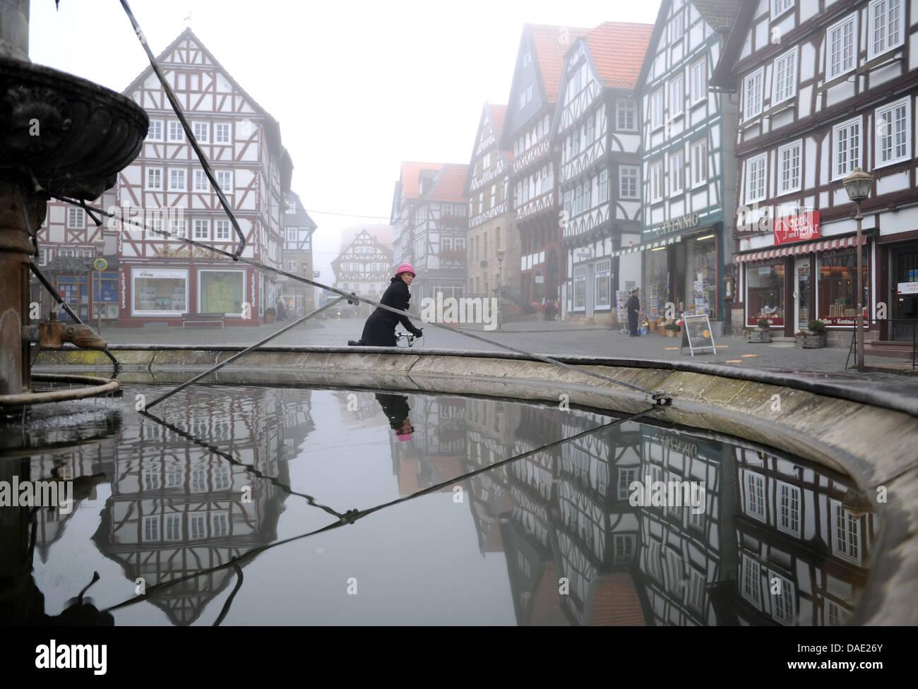 Le brouillard apparaît reflète dans une fontaine au centre de la vieille ville de Fritzlar, Allemagne, Photo Stock
