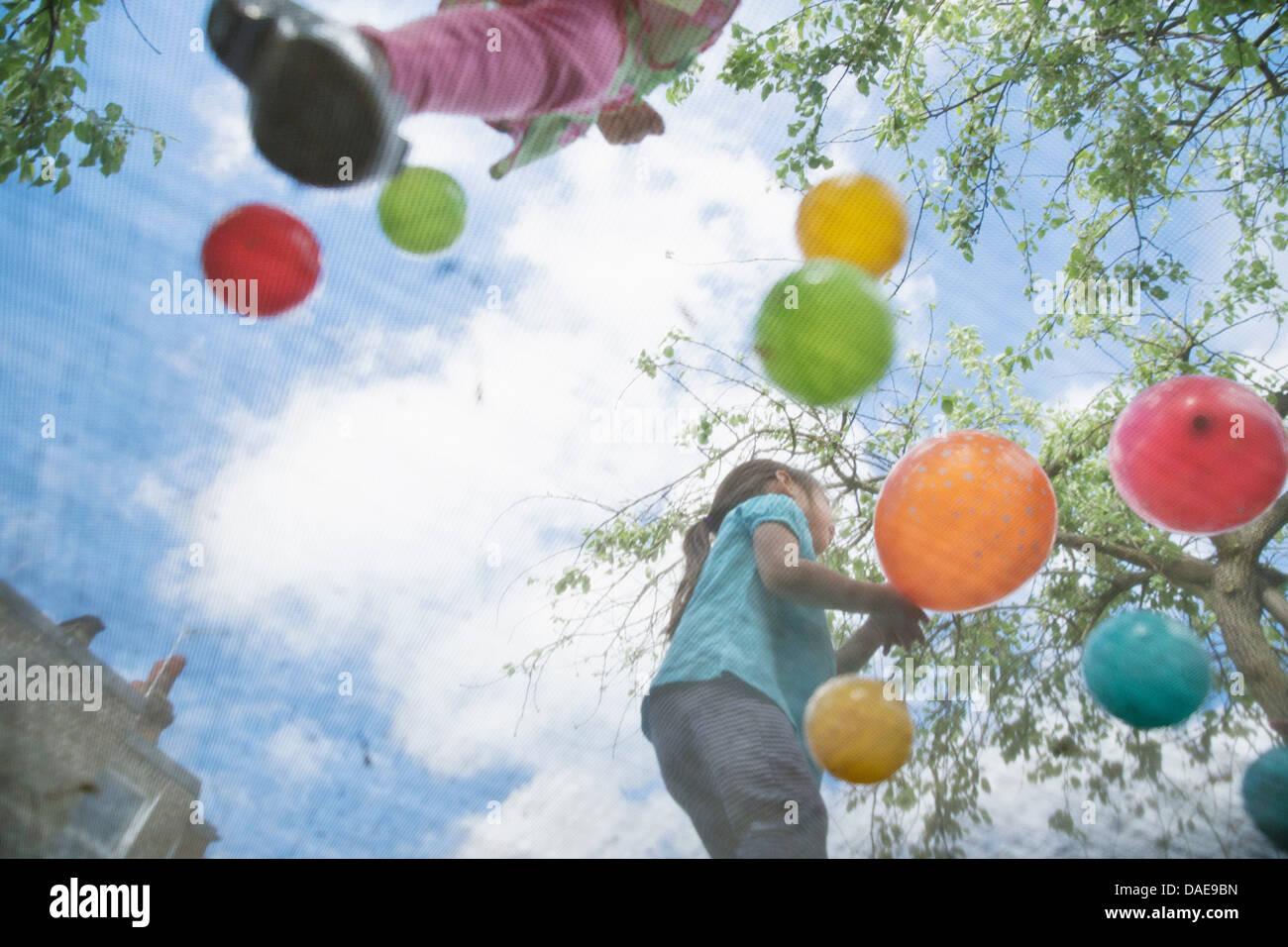 Les Jeunes filles sautant sur trampoline Banque D'Images