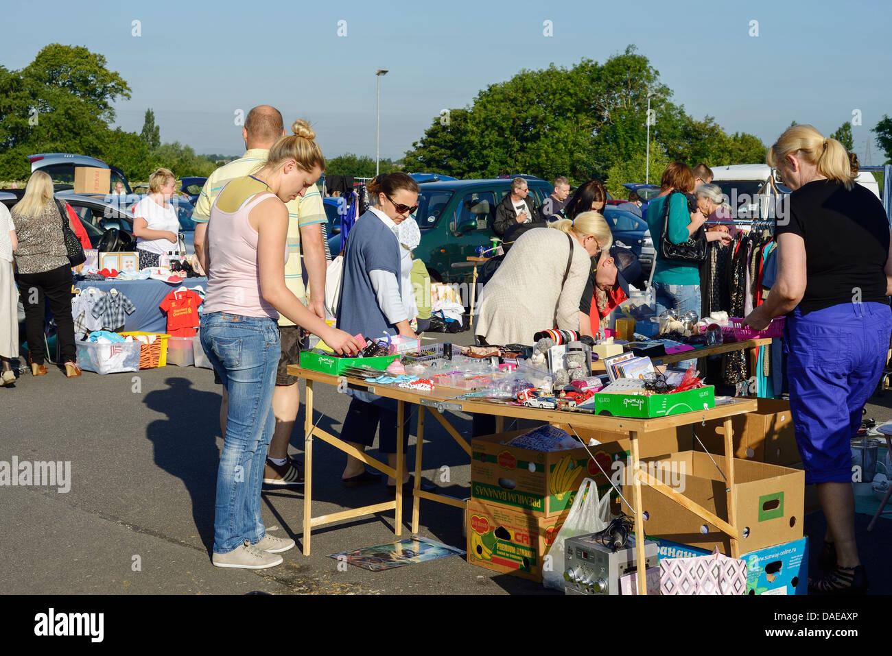 Shoppers au Dimanche matin car boot sale à l'hôpital de la Comtesse de Chester Photo Stock
