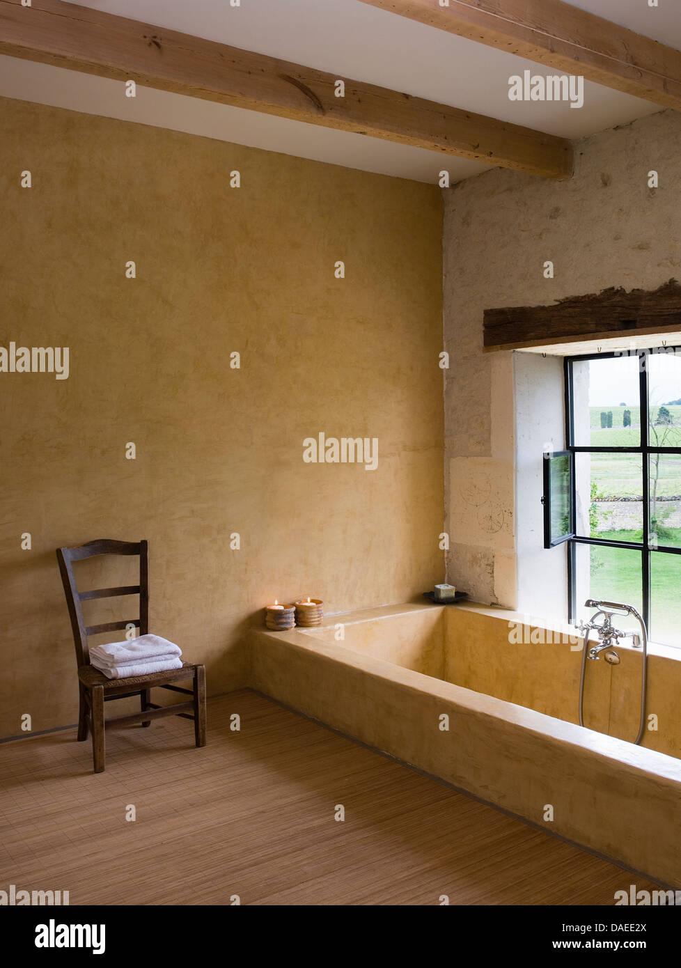 Salle De Bain Simple Et Moderne ~ chaise en bois simple c t d une baignoire en marbre encastr e en