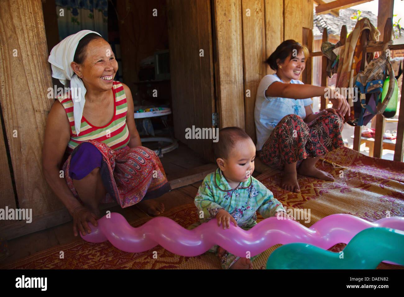 Trois générations partagent une chambre, Birmanie, Kengtung, Kyaingtong Photo Stock