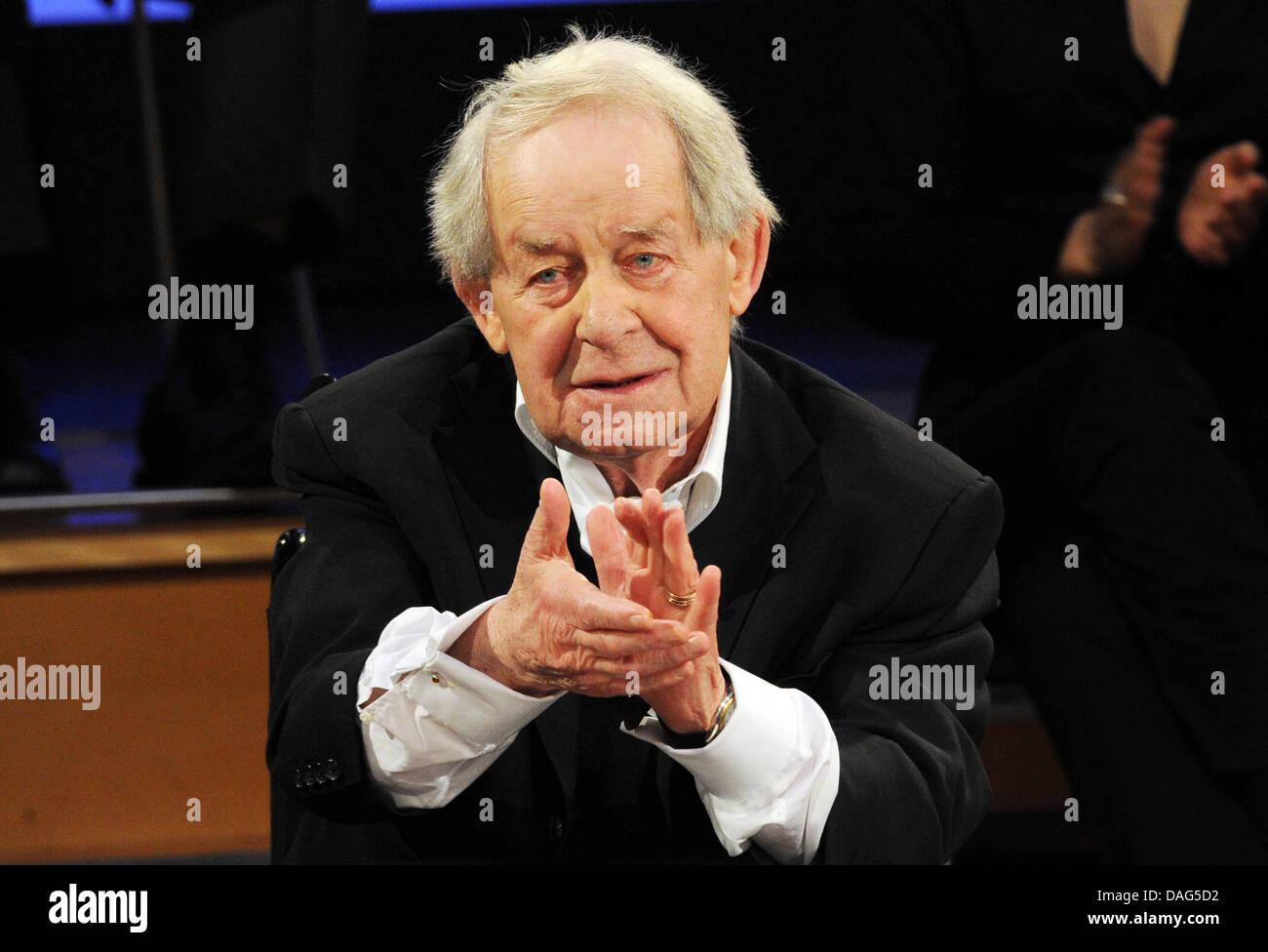 """L'auteur allemand Siegfried Lenz parle pendant une matinée à l'occasion de son 85e anniversaire à la NDR studios à Hambourg, Allemagne, 20 mars 2011. Lenz a écrit sur l'histoire de l'Allemagne dans des romans tels que """"eutschstunde' ou 'Heimatmuseum'. Photo: Angelika Warmuth Banque D'Images"""