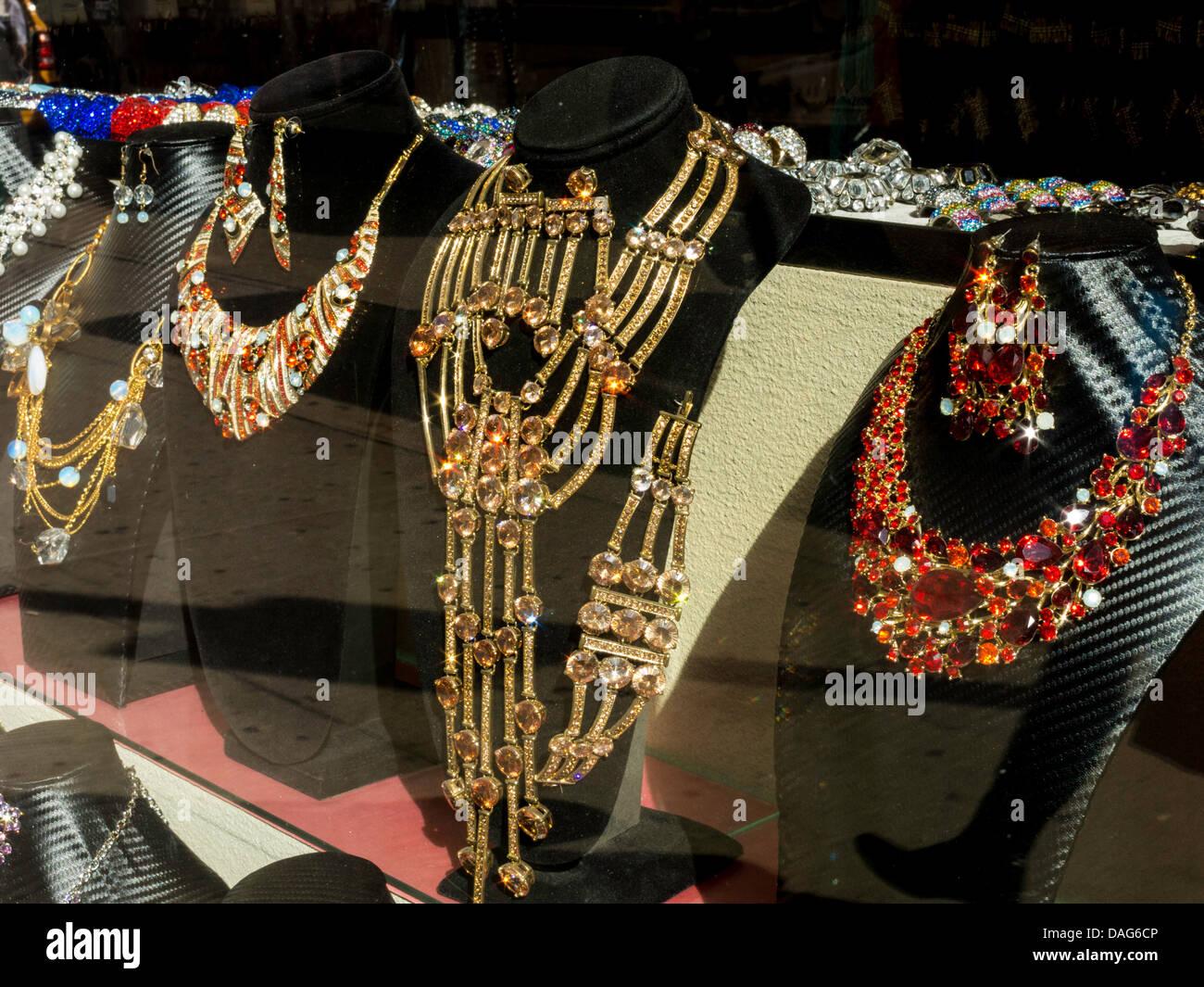 Sur l'affichage de bijoux en vitrine, Manhattan, NY Banque D'Images