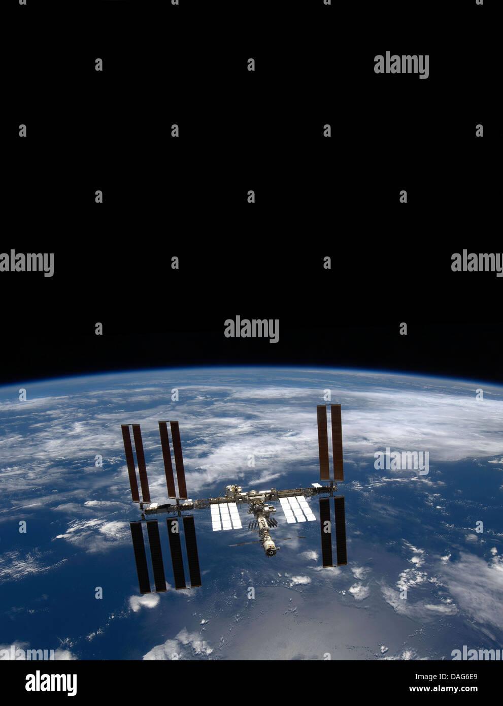 La masse et la noirceur de l'espace, la Station spatiale internationale. Version optimisée d'un original Photo Stock