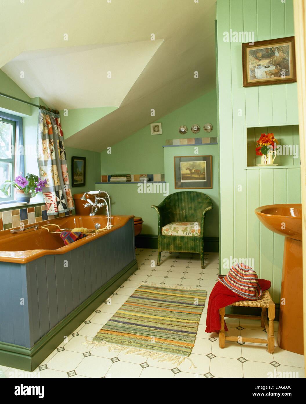 Bain de couleur terre cuite et d\'un lavabo en vert pâle grenier ...