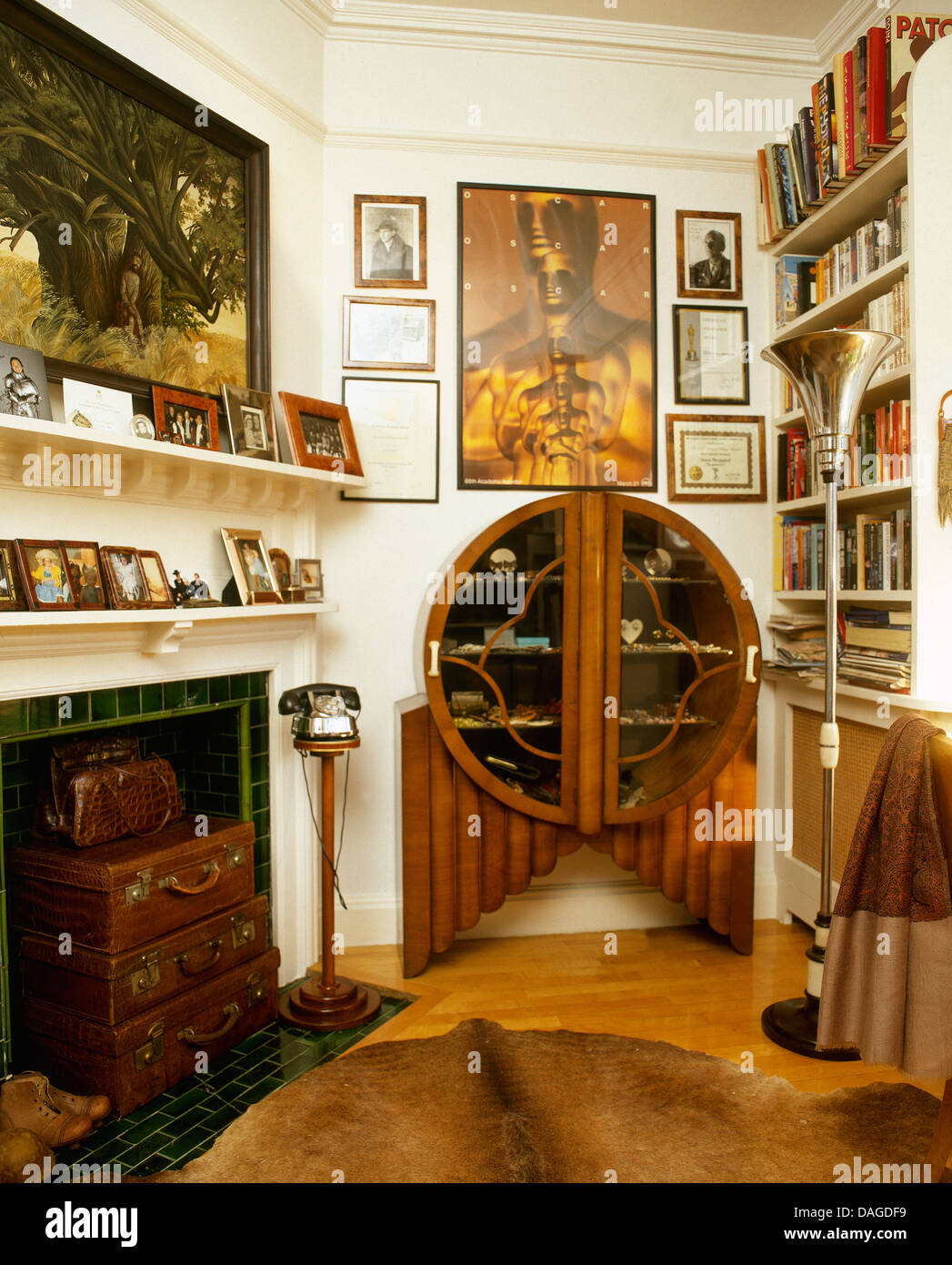 armoire art d co dans la salle de s jour avec chemin e. Black Bedroom Furniture Sets. Home Design Ideas