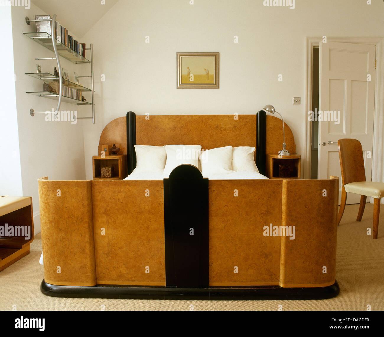 maison de ville de style art dco chambre avec lit double et dtagres en mtal