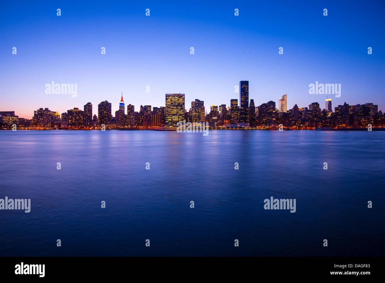 Manhattan skyline à travers l'East River à New York. Photo Stock