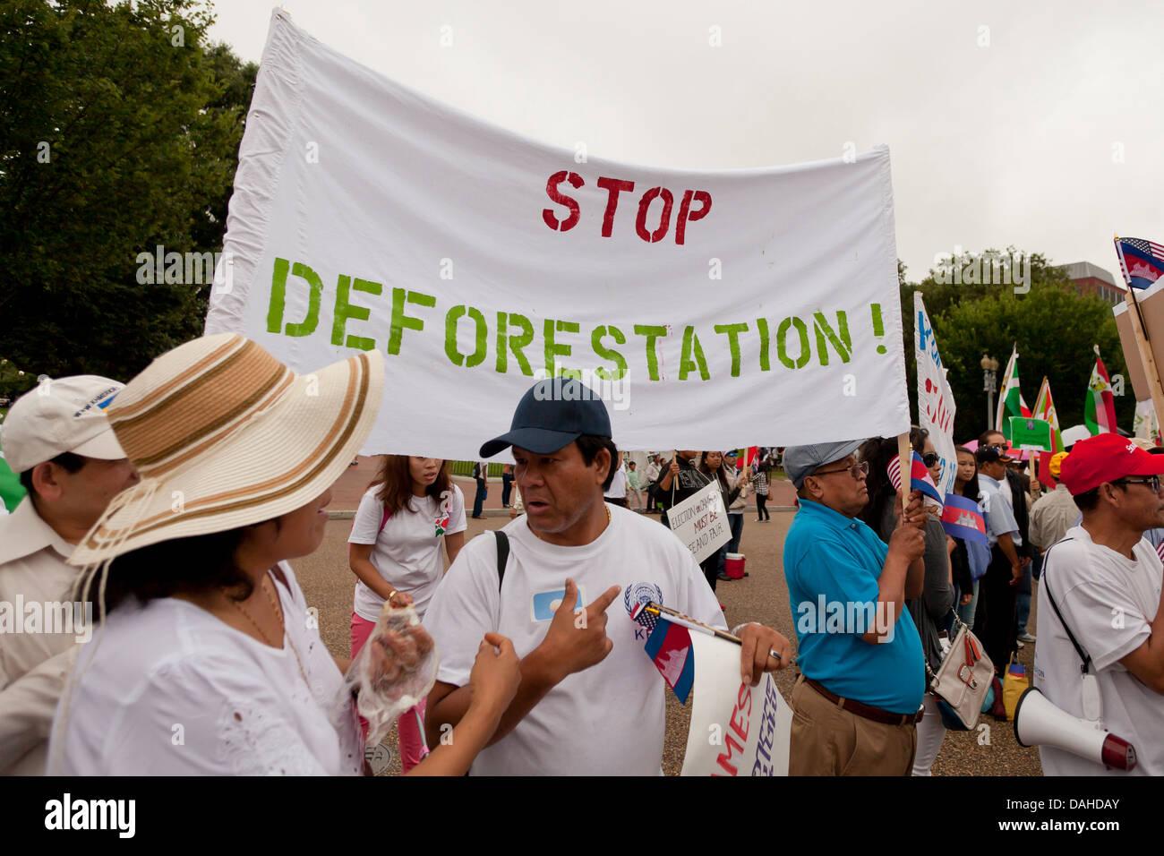 Arrêter le déboisement bannière lors d'un rassemblement de l'environnement Banque D'Images