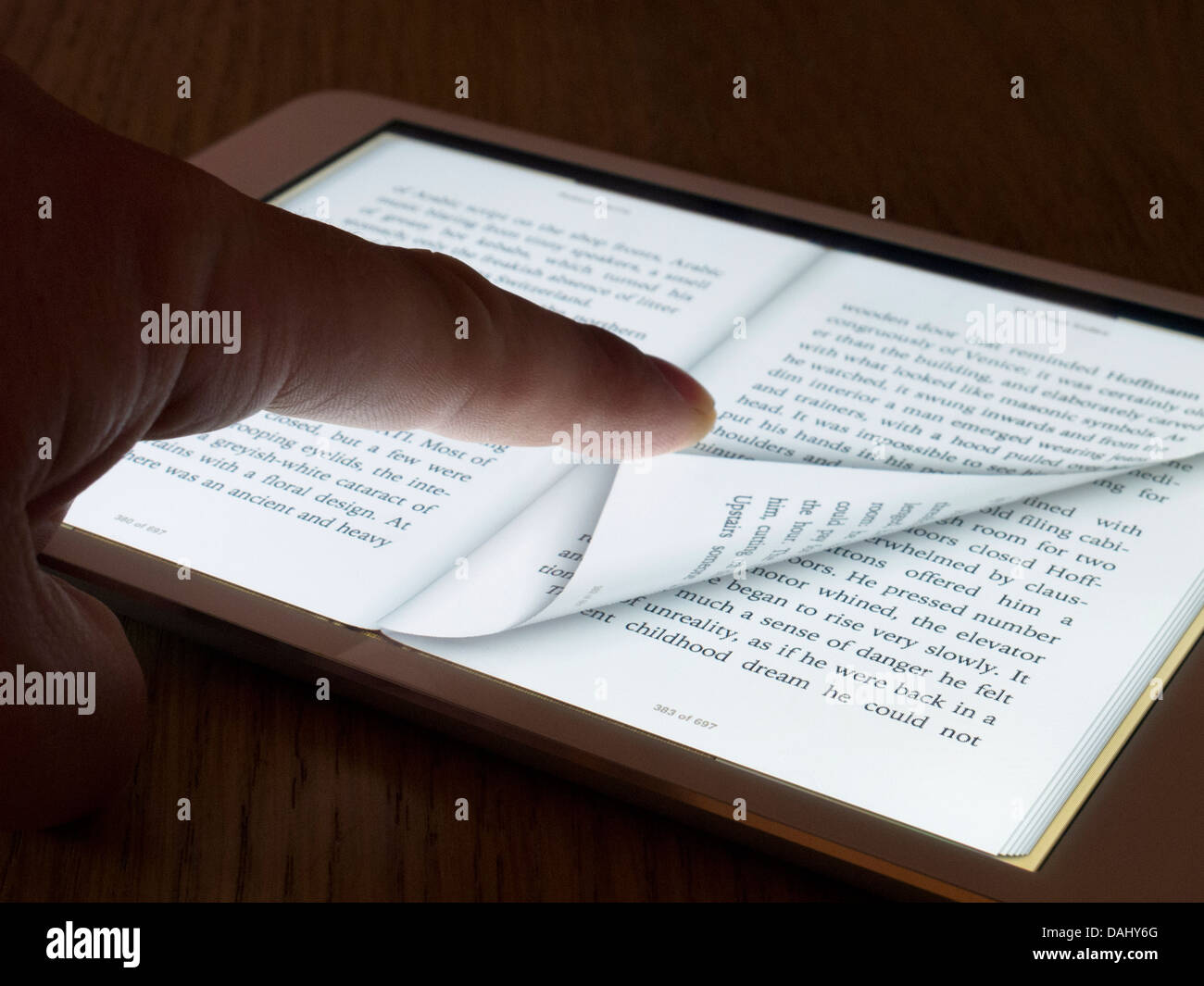 Tourner la page de l'ebook reader sur un ordinateur tablette iPad mini Photo Stock