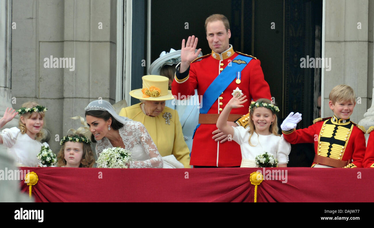 (L,R) Demoiselles Lady Louise Windsor et Grace van Cutsem, épouse la  Princesse Catherine, la reine Elizabeth II, le Prince William marié  demoiselle,