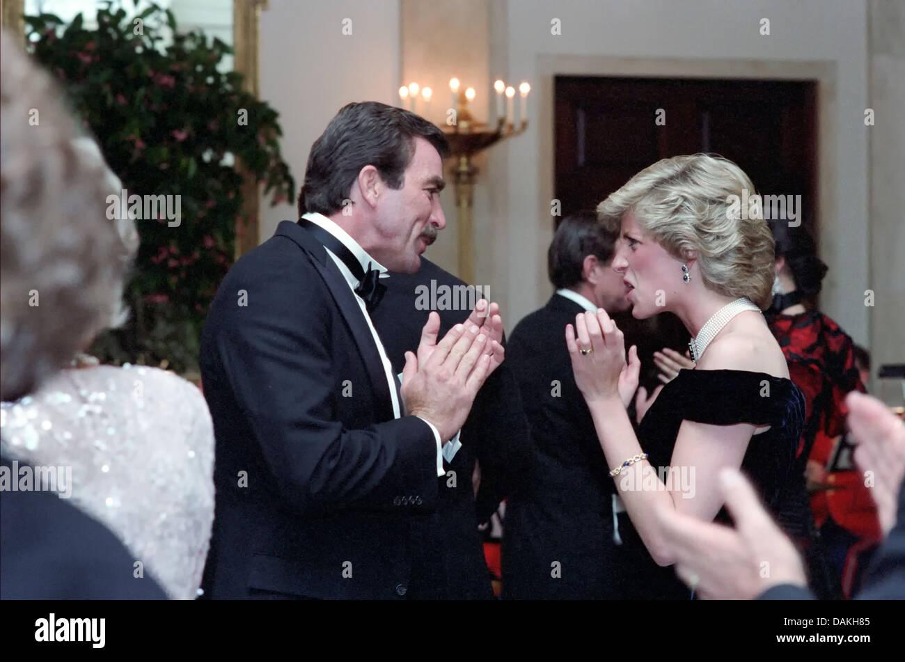 Diana, princesse de Galles danse avec l'acteur Tom Selleck lors d'un dîner de gala à la Maison Blanche le 9 novembre 1985 à Washington, DC. Banque D'Images
