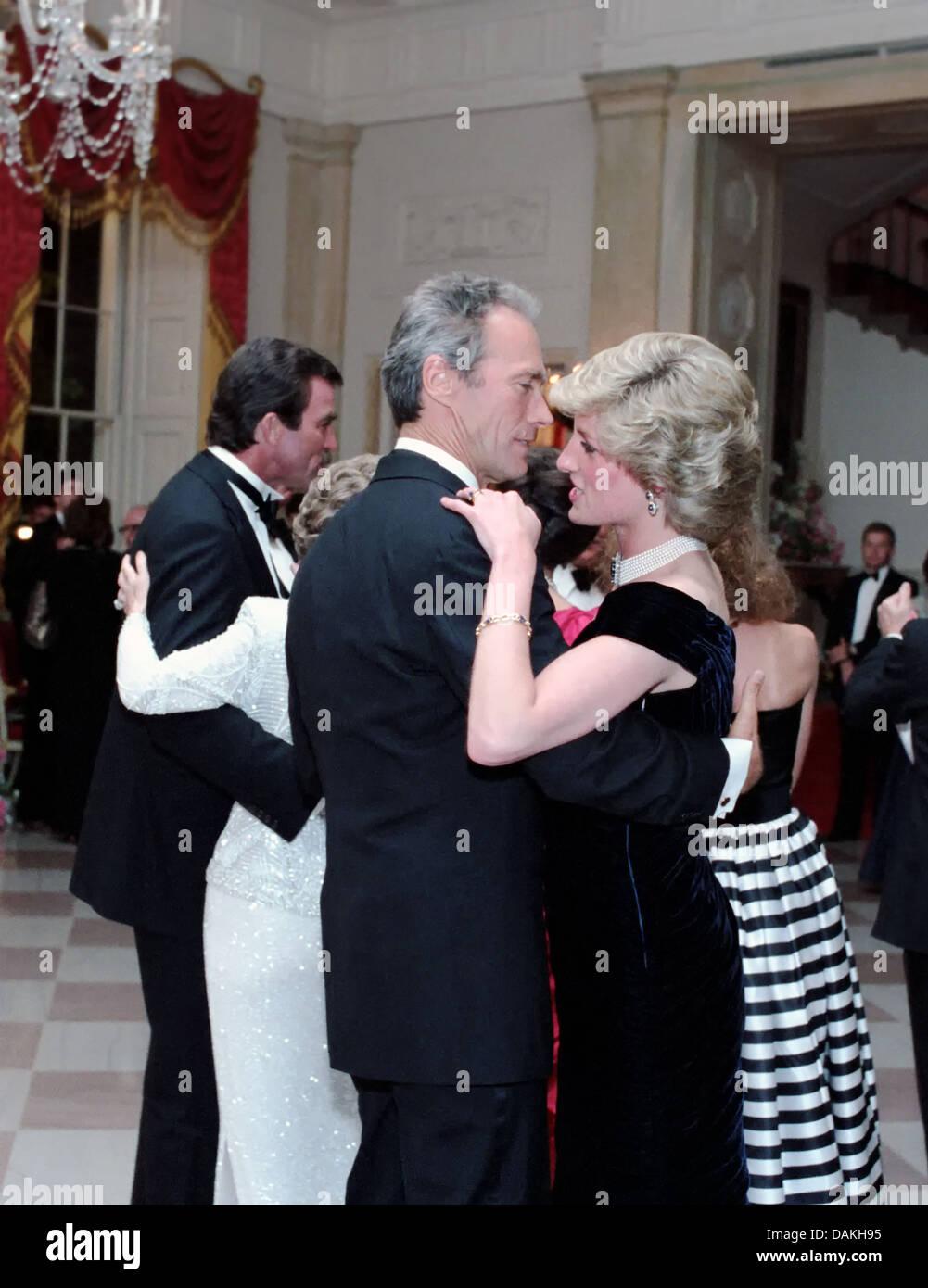 Diana, princesse de Galles danse avec Clint Eastwood acteur lors d'un dîner de gala à la Maison Blanche en son honneur le 9 novembre 1985 à Washington, DC. Banque D'Images