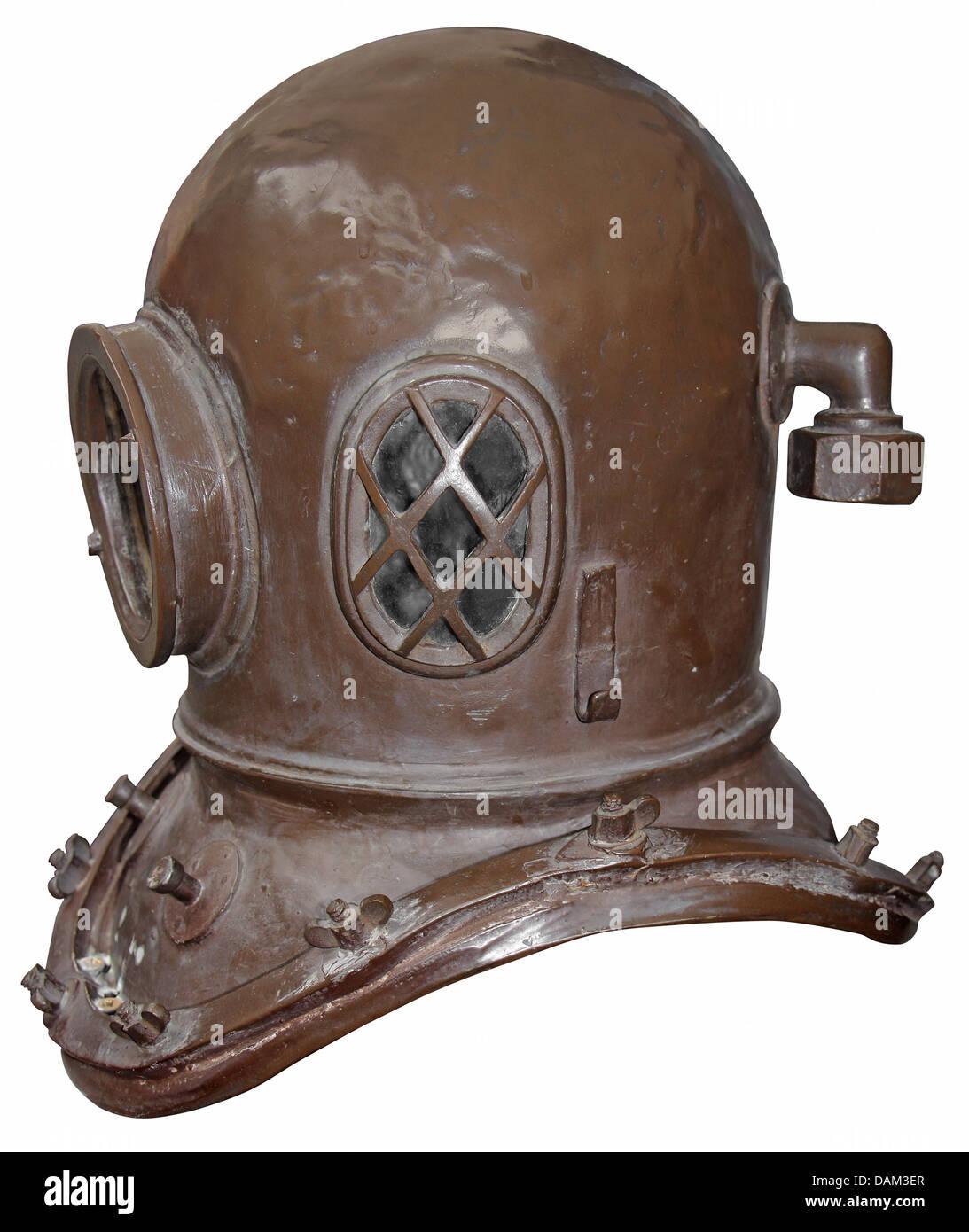 Vieux casque de plongée isolé sur fond blanc Photo Stock