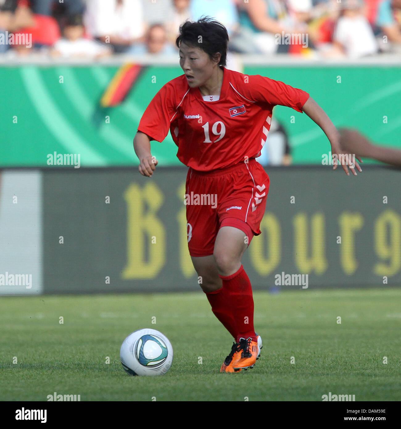 Professionnel de la Corée du Nord Mi Gyong Choe contrôle le ballon au Women's international match Photo Stock