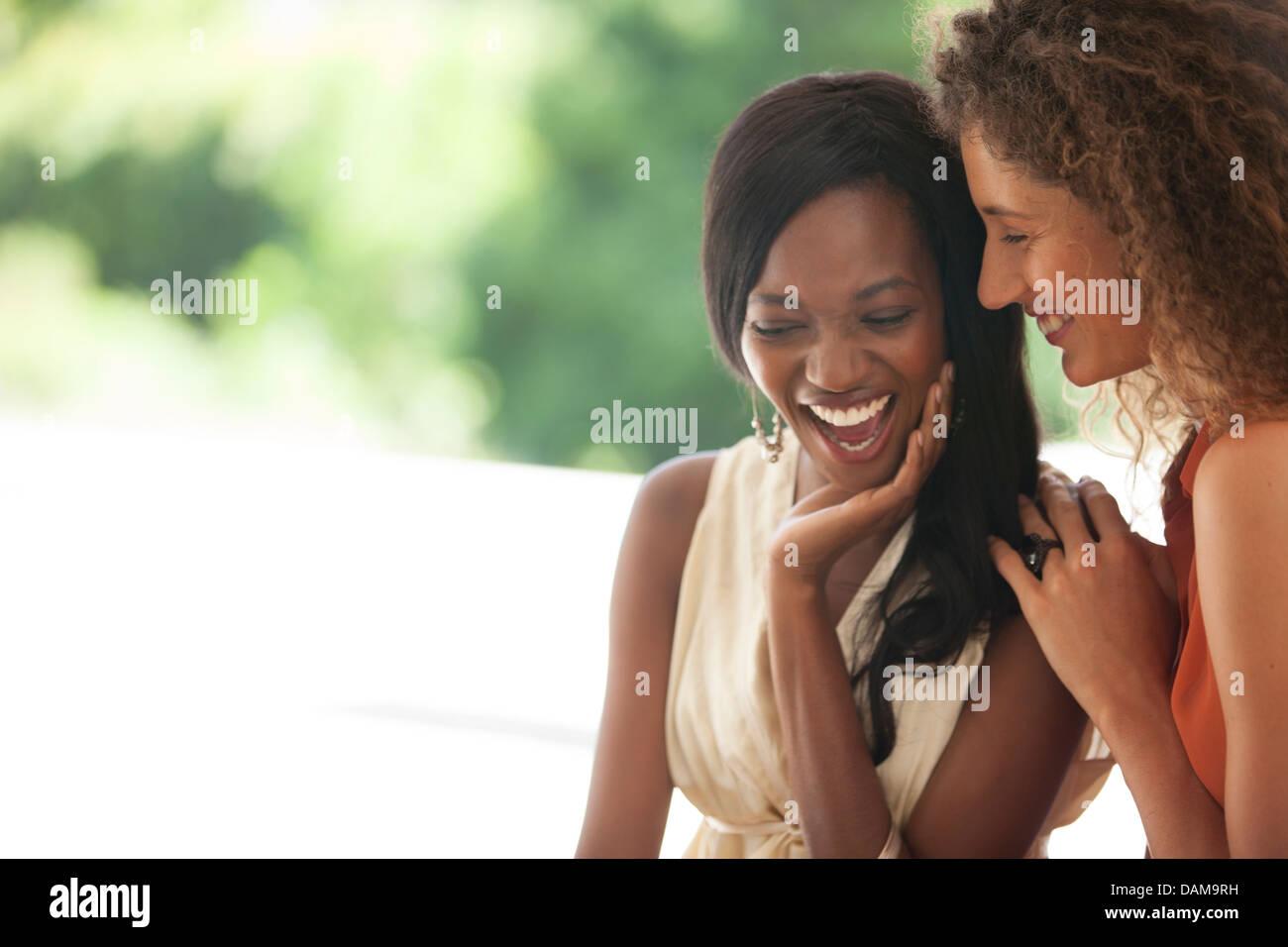 Les femmes rient ensemble extérieur Photo Stock