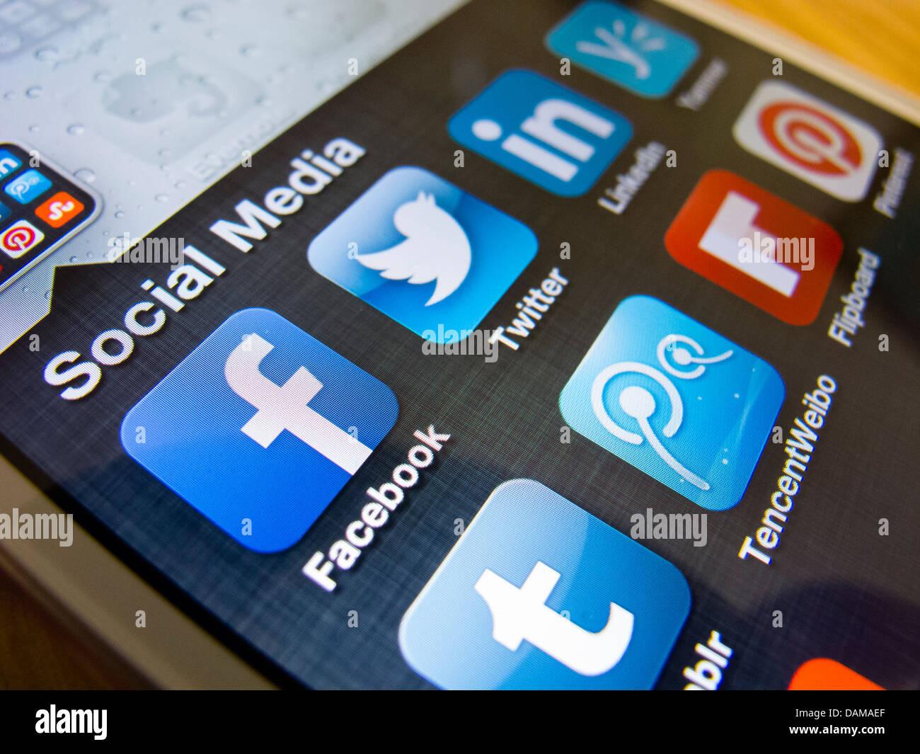 Détail de l'iPhone 5 écran avec de nombreuses icônes des médias sociaux Photo Stock