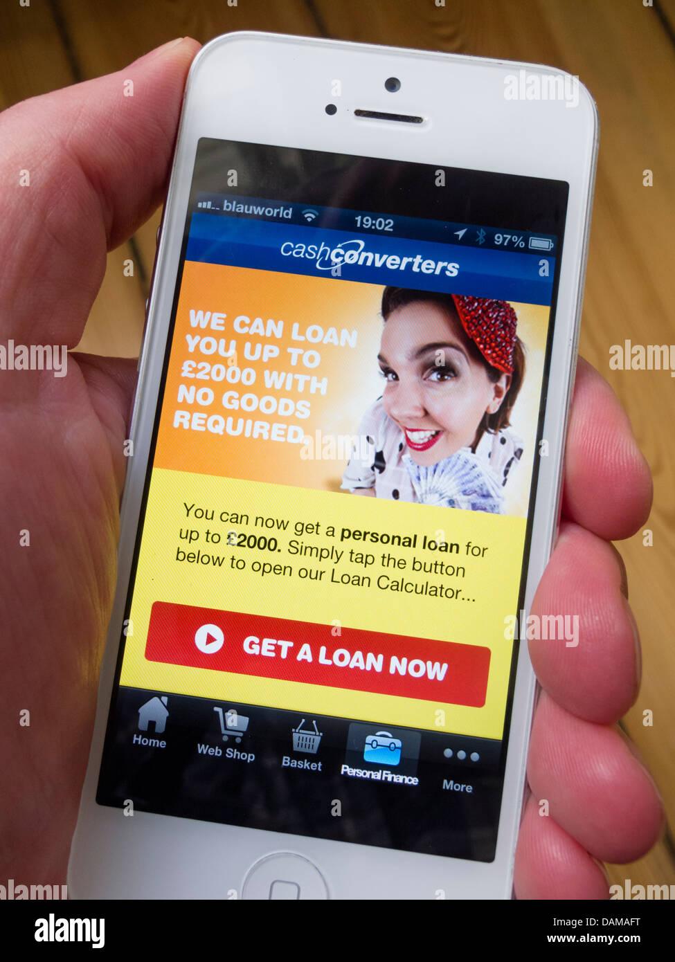 Détail de l'iPhone 5 avec des convertisseurs de trésorerie sur salaire en ligne app charger Photo Stock
