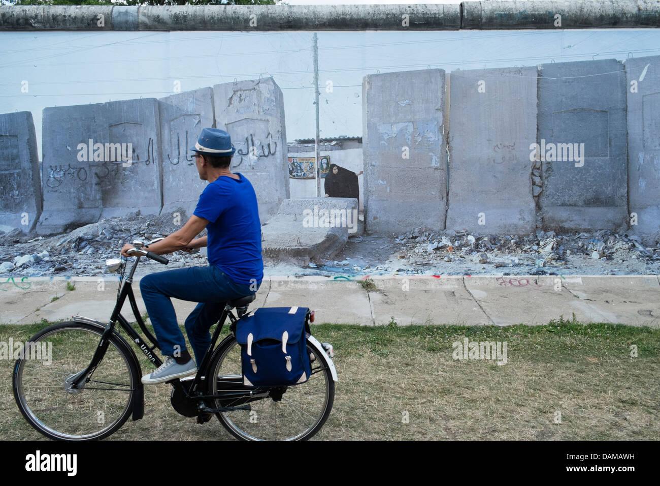 Exposition de photos par Kai Wiedenhofer intitulée sur le mur affiche sur mur de Berlin à l'East Side Photo Stock