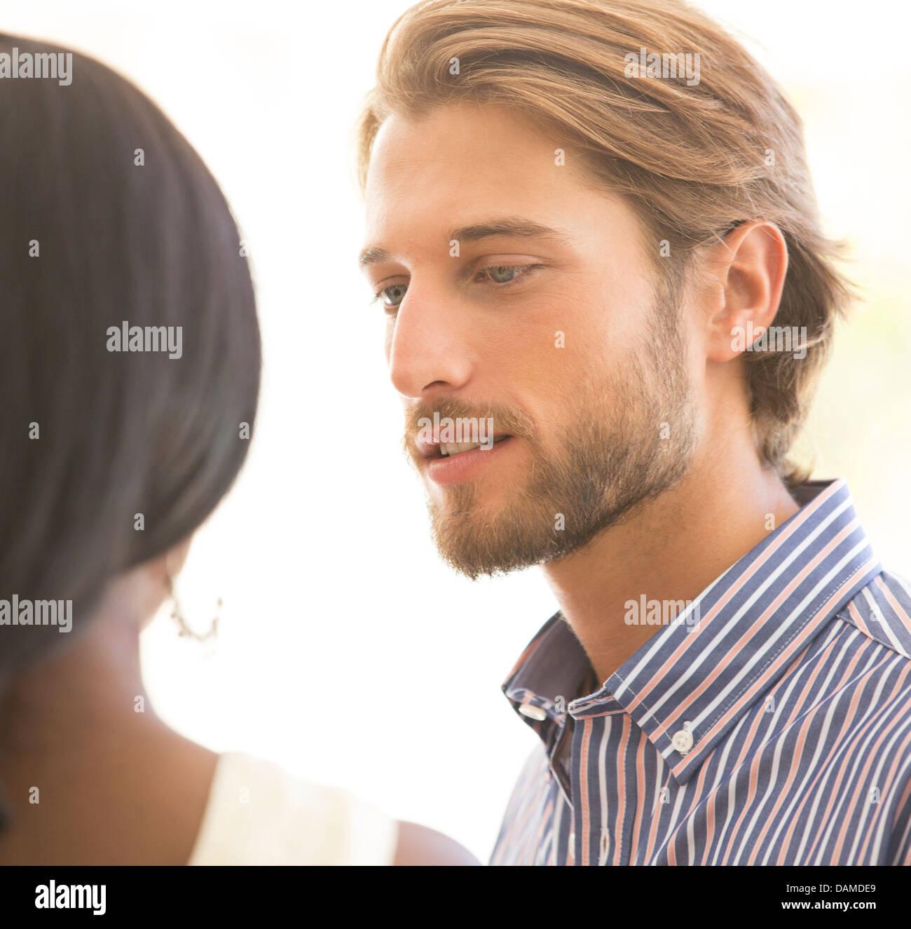 L'homme parlant à petite amie Photo Stock