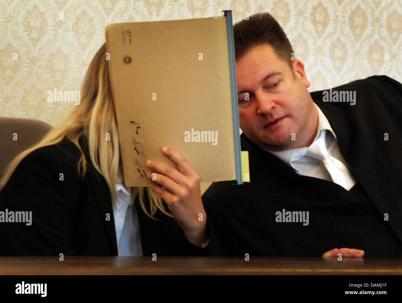 Ellen A. couvre son visage alors qu'elle parle à son avocat Jochen Libertus à Meschede, Allemagne, Photo Stock