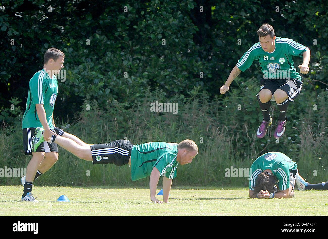 Wolfsburg's Sascha Riether, Patrick Ochs, André Lenz et Kevin Scheidhauer (L-R) au cours d'un exercice Photo Stock