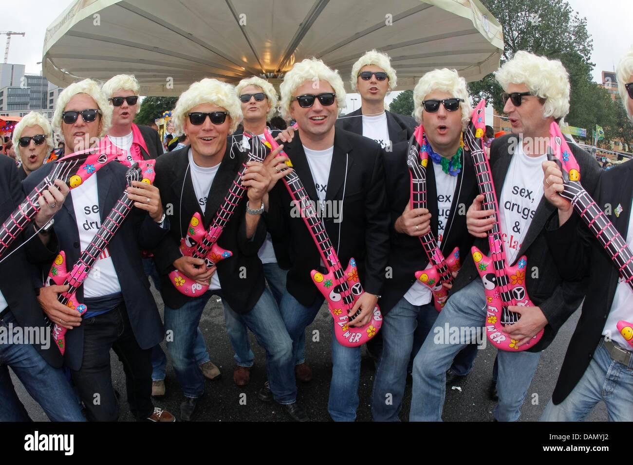 Dix-huit Heino imitateurs effectuer sur les guitares en plastique à la 15e Schlagermove à Hambourg, Allemagne, Photo Stock