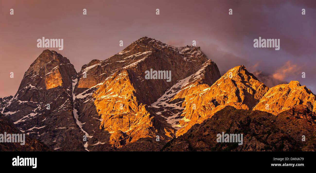 Coucher du soleil sur les montagnes de l'himalaya. L'Himachal Pradesh, Inde Photo Stock