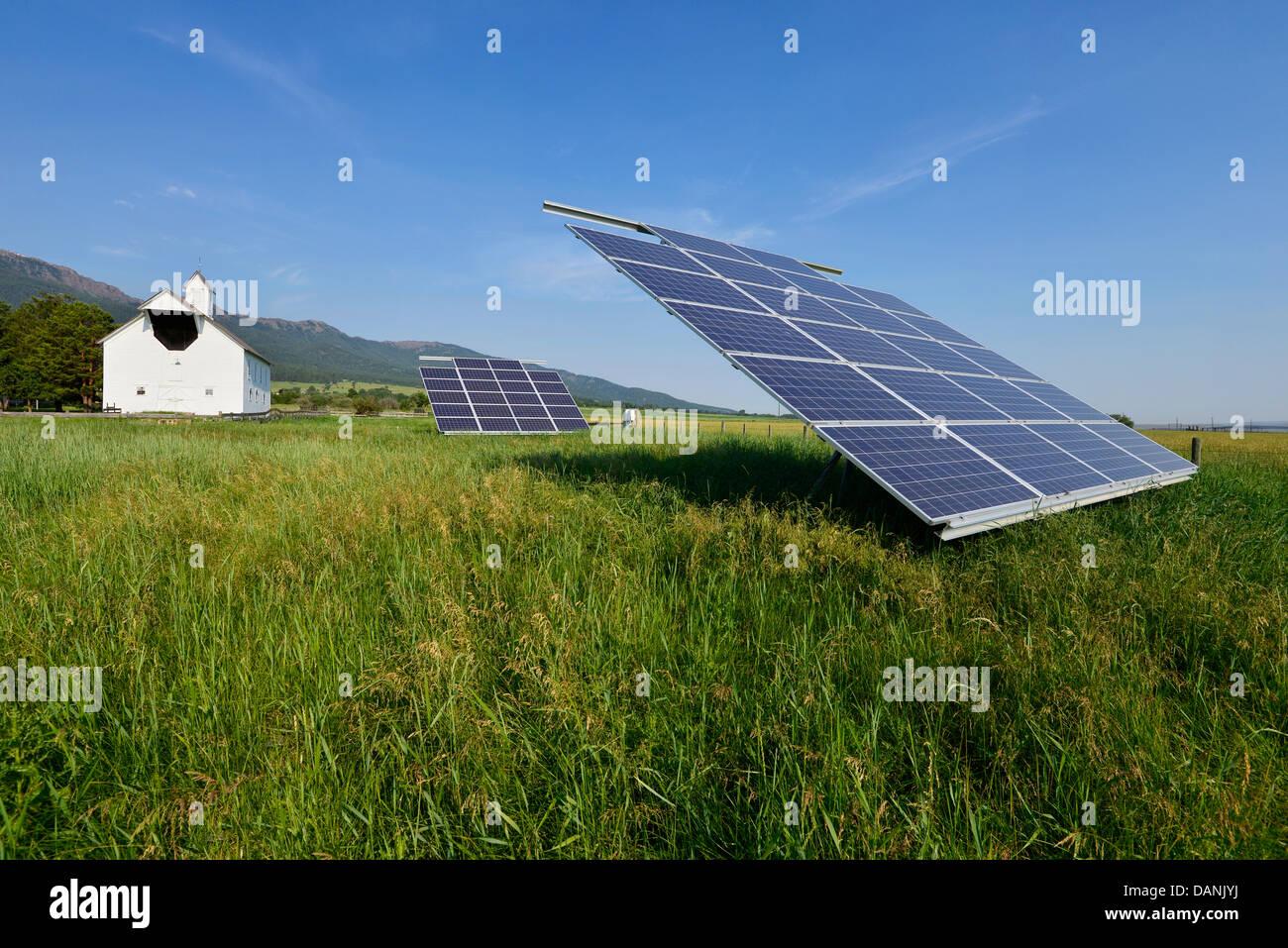 Des panneaux solaires sur une ferme dans l'Oregon est Wallowa Valley. Photo Stock