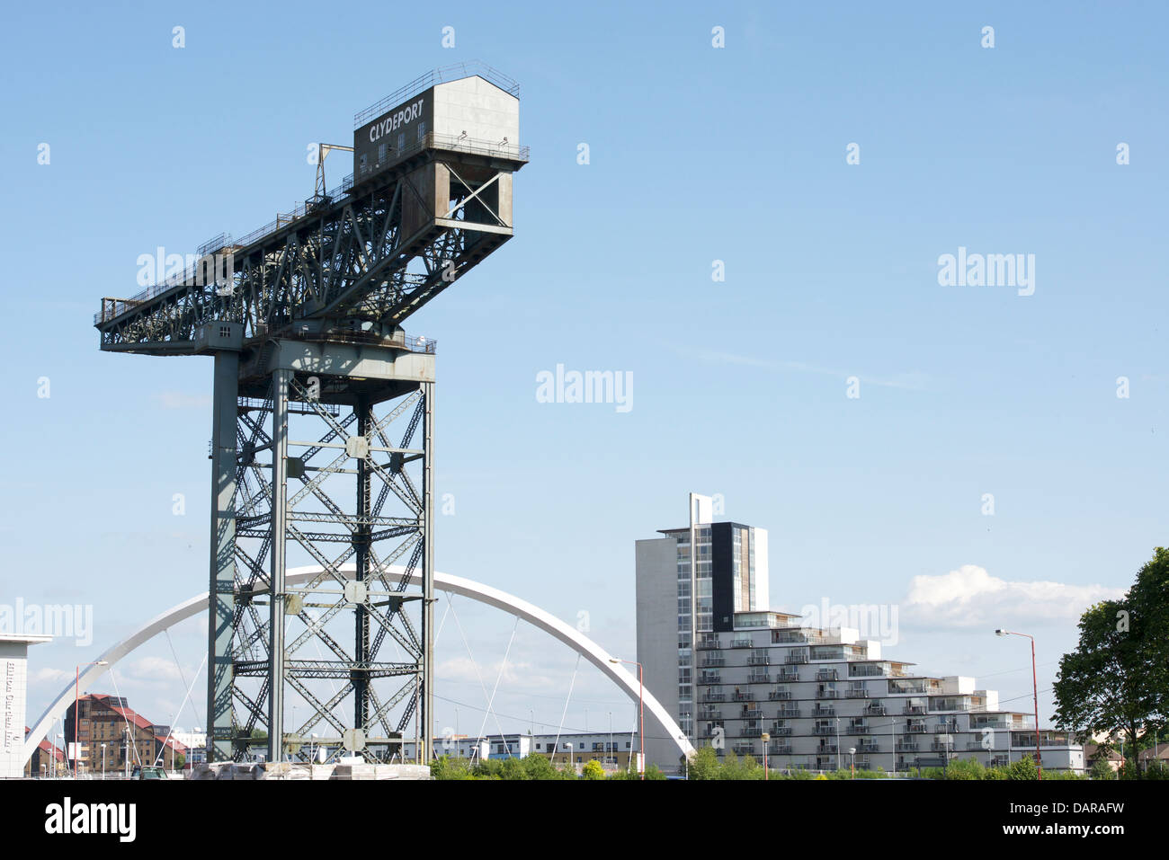 L'Finnieston Crane dwarfs the Clyde Arc. Banque D'Images