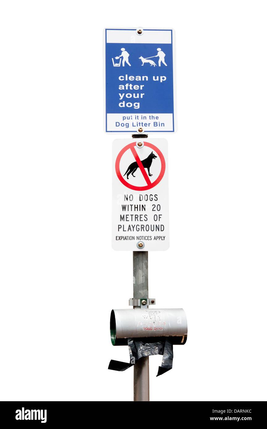 Des panneaux de mise en garde les propriétaires de chiens à nettoyer après leur chien et de rester à l'écart de l'aire de jeux. Banque D'Images