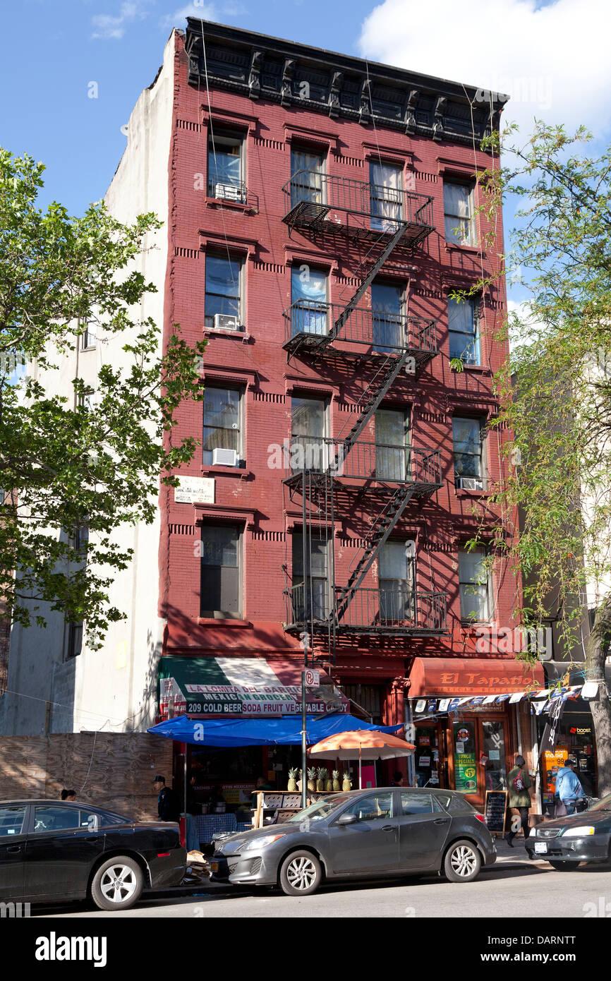 Immeuble avec le feu s'échappe dans la ville de New York Photo Stock
