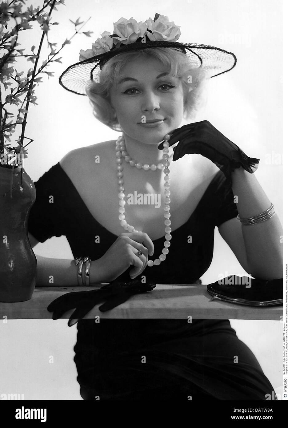 La mode, les années 1950, la mode des dames, femme portant robe de cocktail, , Additional-Rights-Clearences Photo Stock