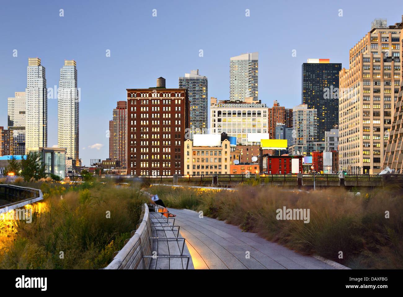 New York City High Line à nuit à New York City. Photo Stock