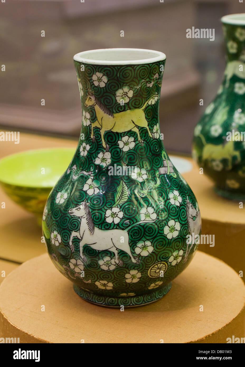 Chinois antique famille verte Emaux sur vase en porcelaine biscuit - Chine, début de Shunzhi règne de Kangxi, 1644 Banque D'Images