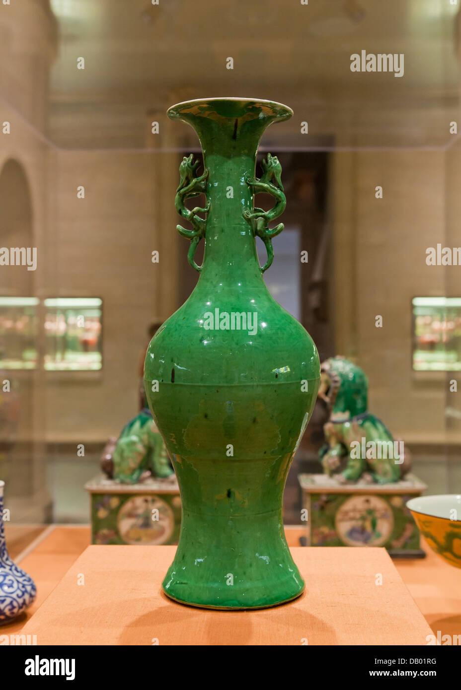 Vase balustre chinois antique avec poignées - dragon Chine, règne Wanli, 1573 Banque D'Images