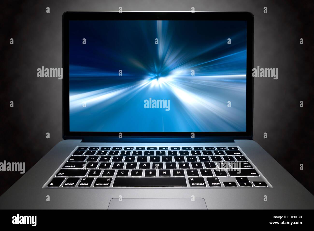 Vue frontale d'un Macbook Pro avec écran Retina avec effet visuel à grande vitesse sur son écran. Photo Stock