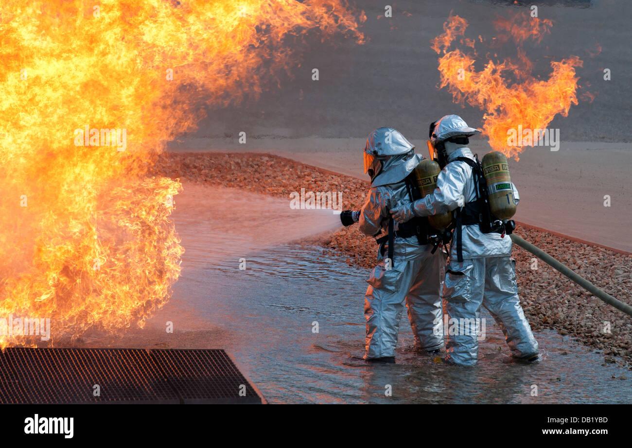La Garde nationale aérienne du Mississippi deux travaux d'éteindre un incendie à Volk Field la Photo Stock