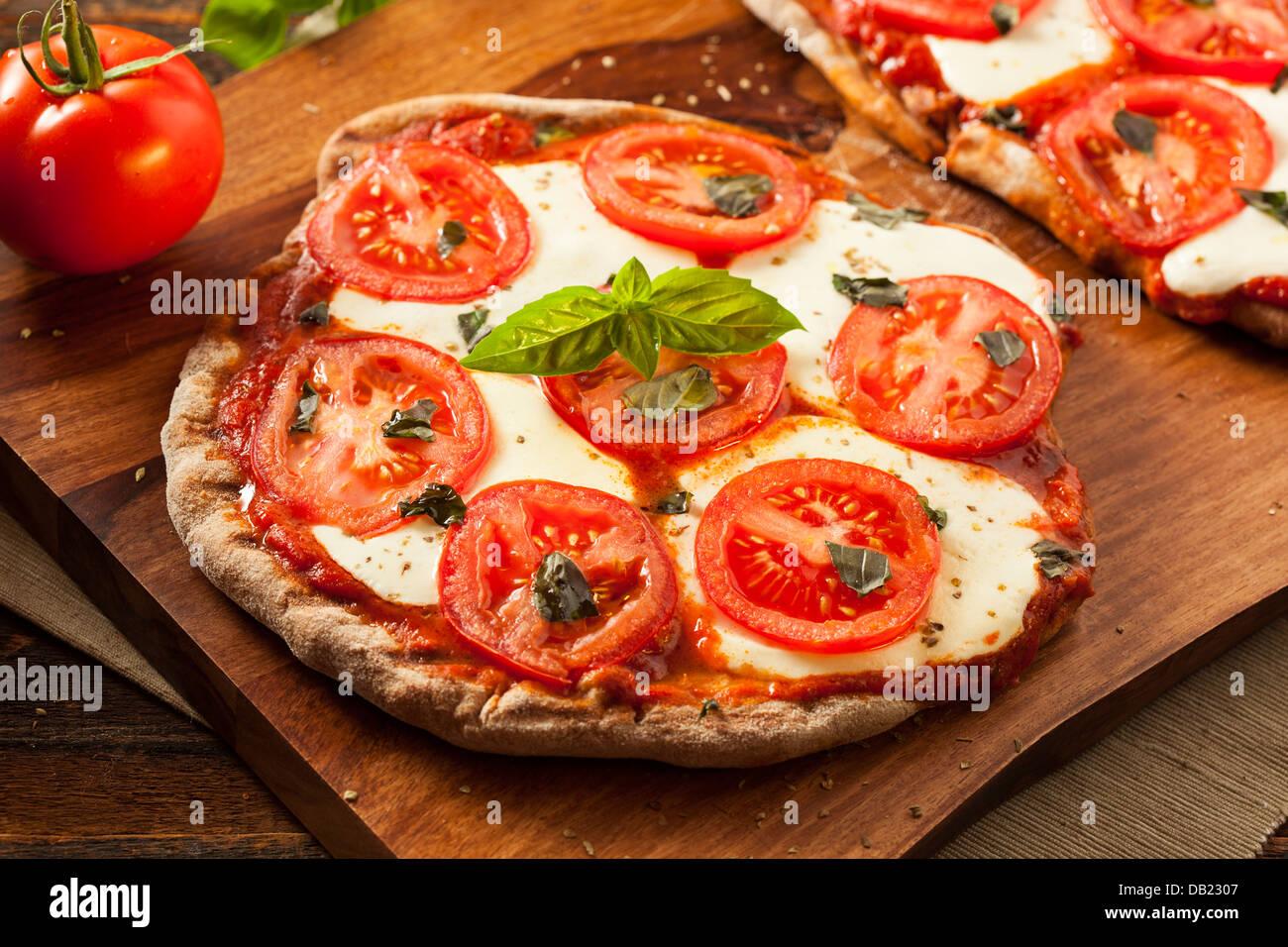 Pizza Margarita maison bio au basilic et mozarella Photo Stock