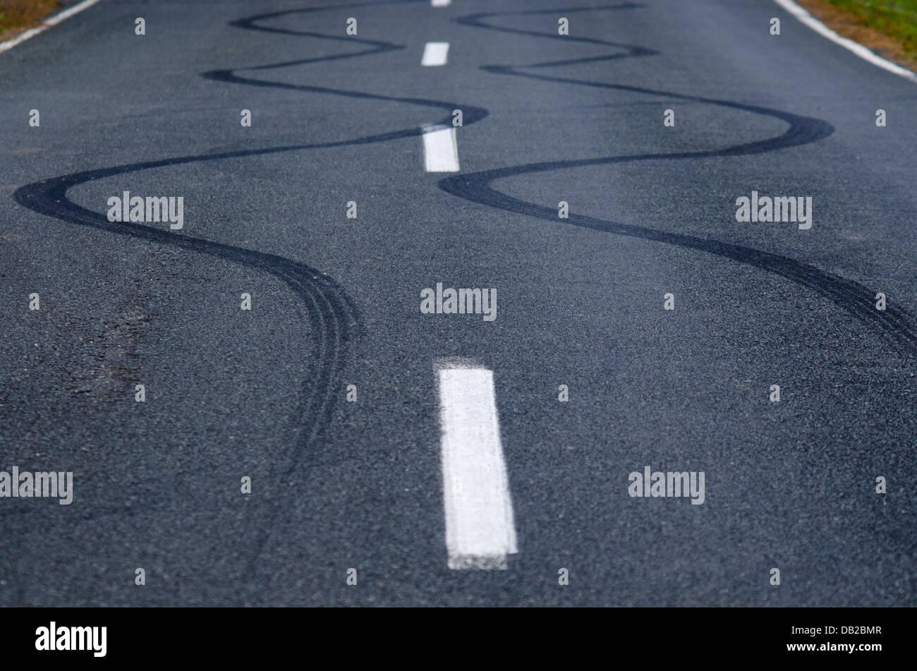 La liquidation des marques de dérapage d'un véhicule sur une route de la rue. Photo Stock