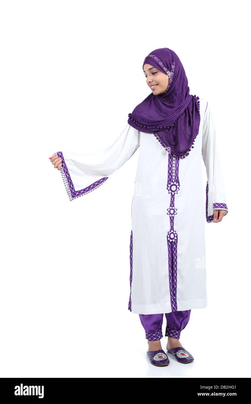 f25441883f20 L article pose femme arabe portant un hijab isolé sur fond blanc Photo Stock
