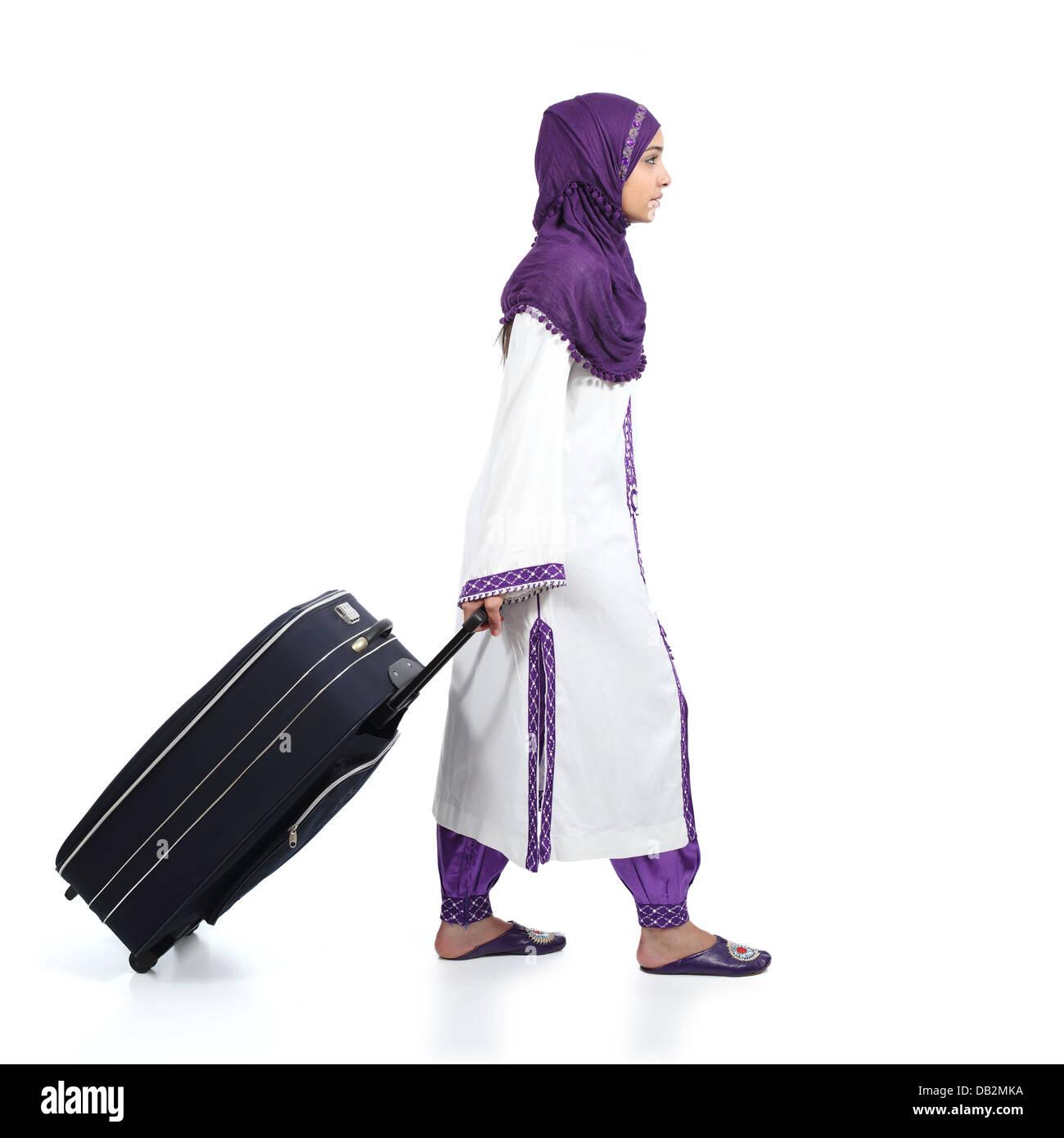 ca87d1b27d0d Profil d une femme immigrante musulmane portant un hijab walking portant  une valise isolé sur