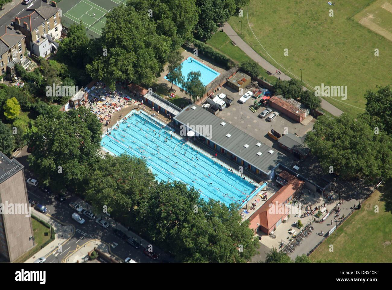 Vue aérienne de la London Fields Lido à Hackney, East London Photo Stock