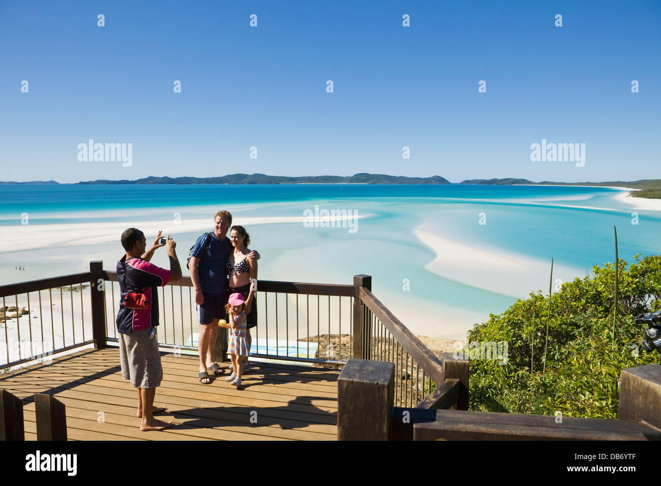Famille au belvédère surplombant Hill Inlet et Whitehaven Beach. Whitsunday Island, Whitsundays, Queensland, Photo Stock