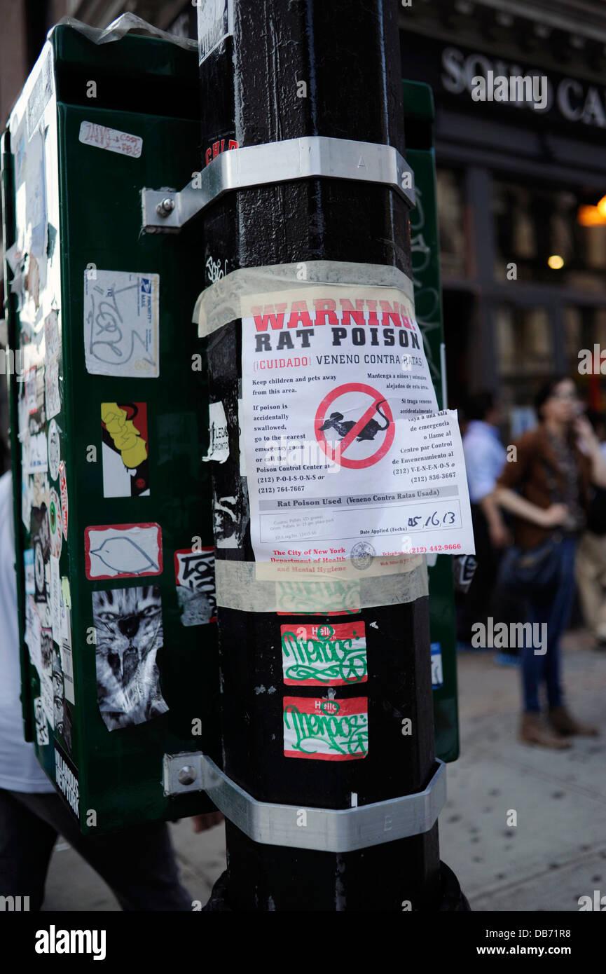 Inscrivez-poison à rat sur pôle lumière dans la ville de New York Photo Stock