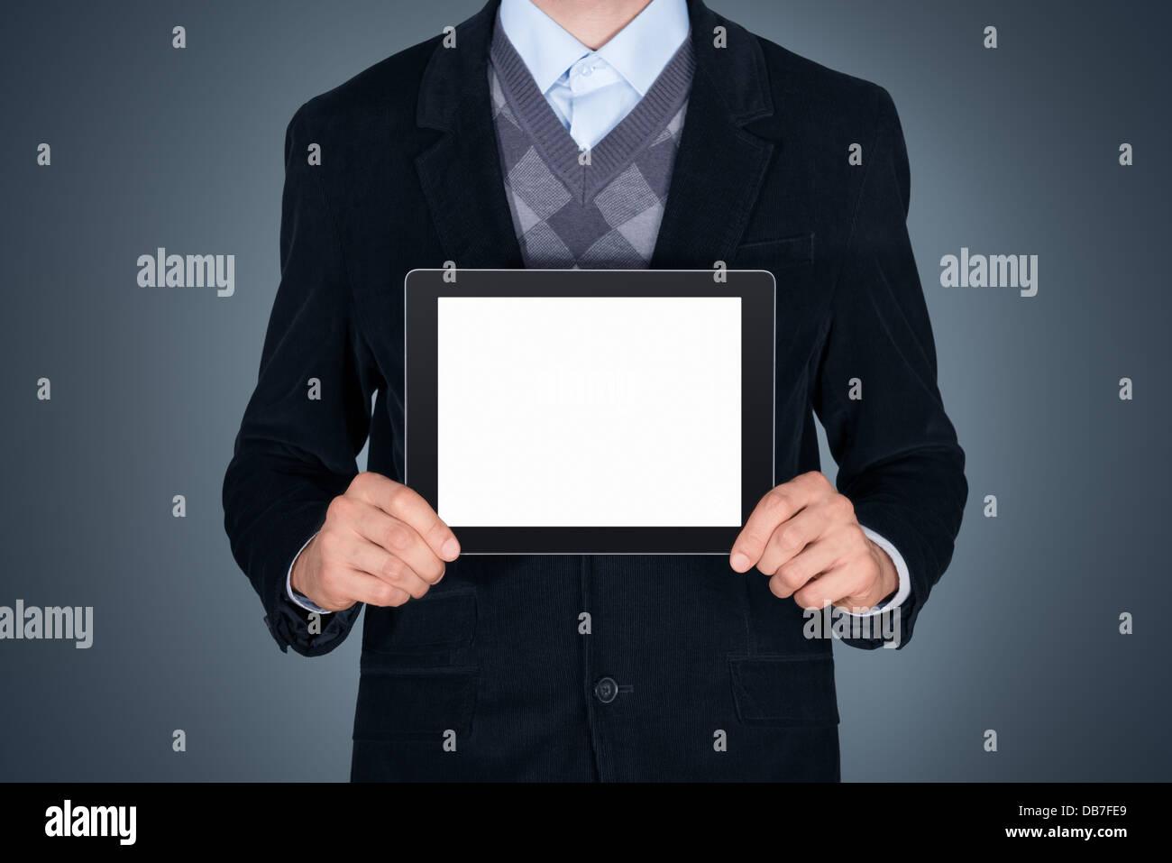 Handsome businessman en costume noir tablette numérique moderne montrant avec écran vide. Studio shot. Photo Stock