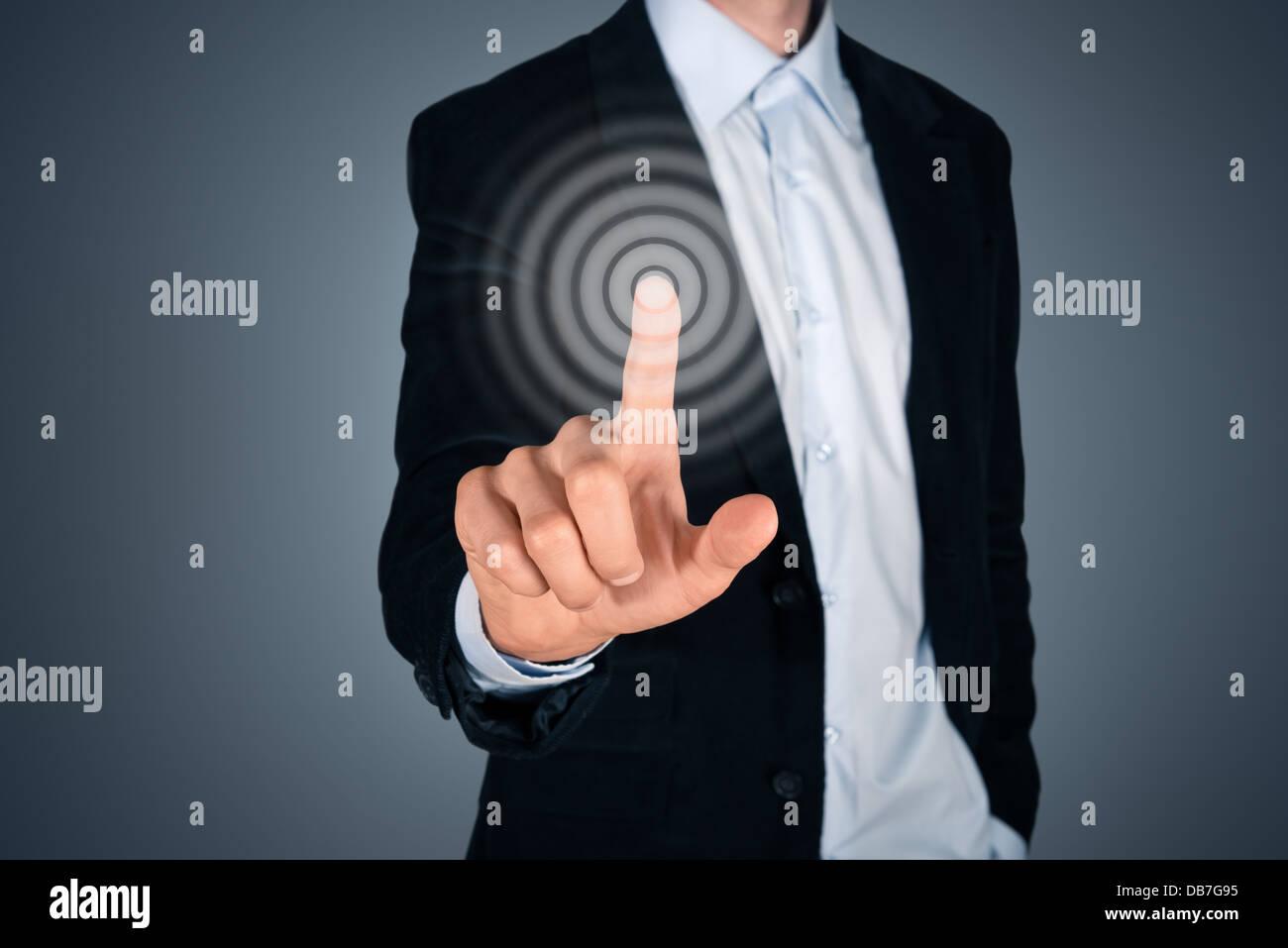 Portrait de l'entreprise personne touchant le bouton écran invisible. Concept d'écran tactile de l'image. Isolé sur fond gris foncé. Banque D'Images