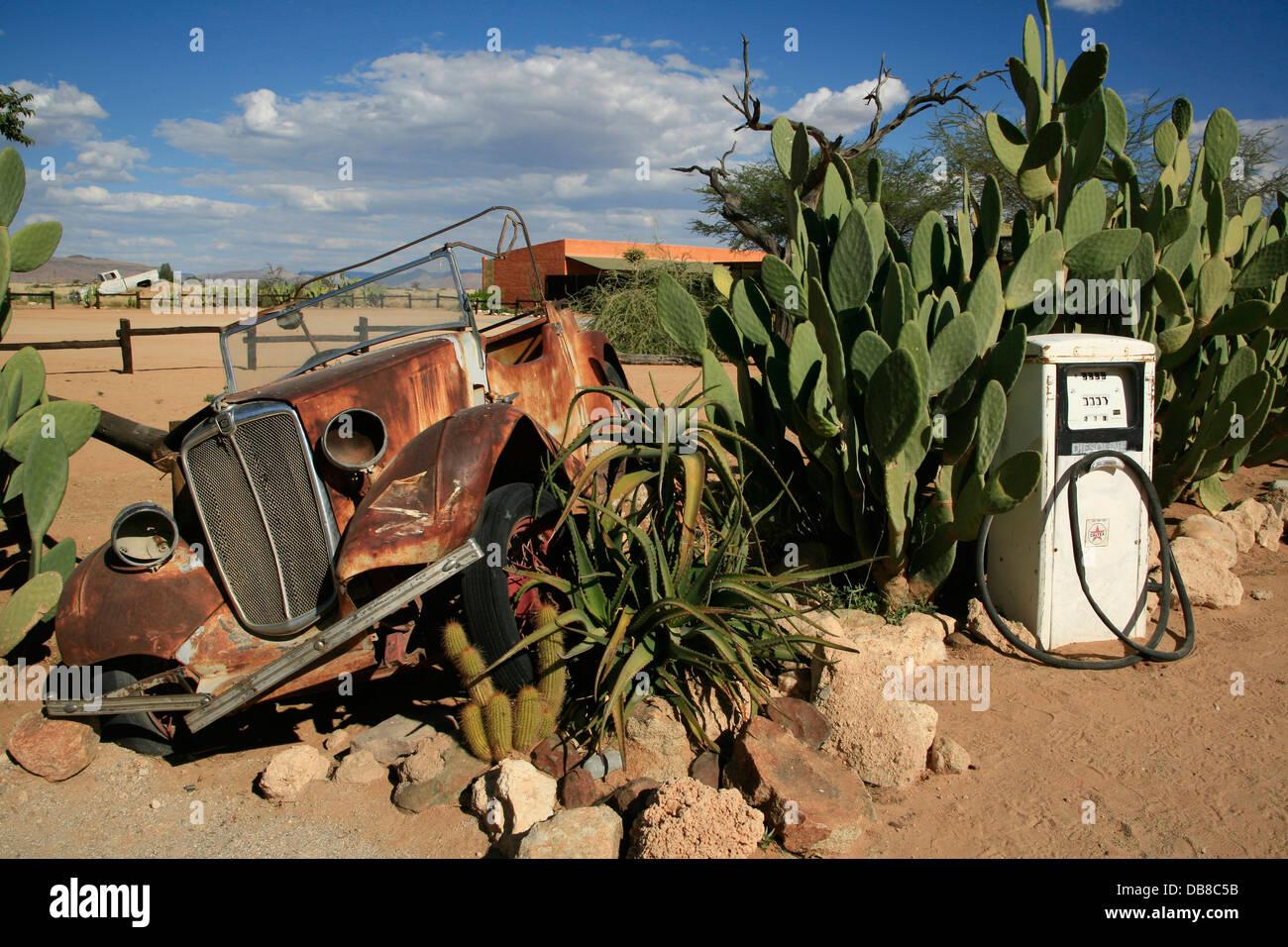 Voiture rouillée à descendre station essence, Solitaire, en Namibie Photo Stock