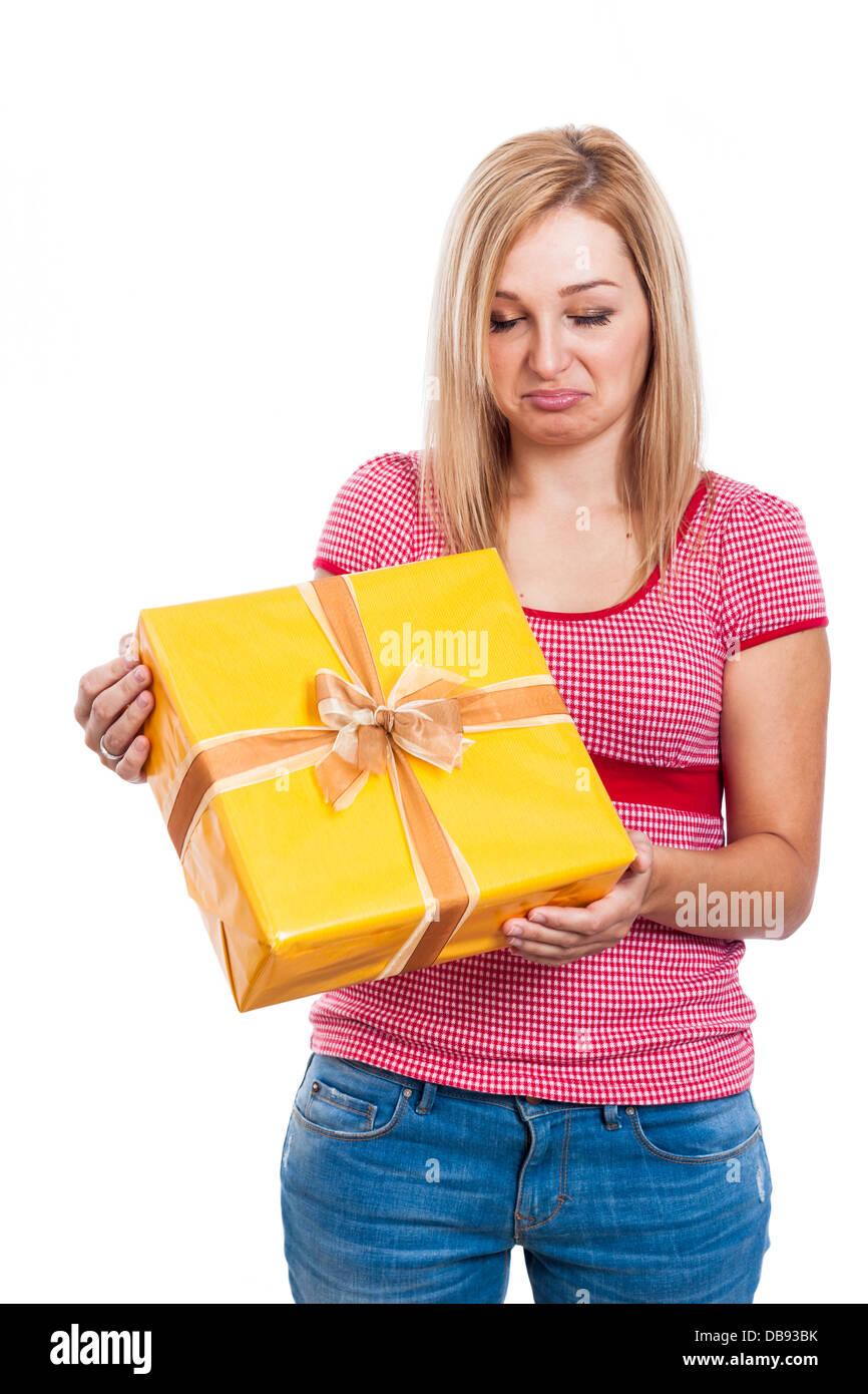 Déçu woman holding présent, isolé sur fond blanc. Photo Stock