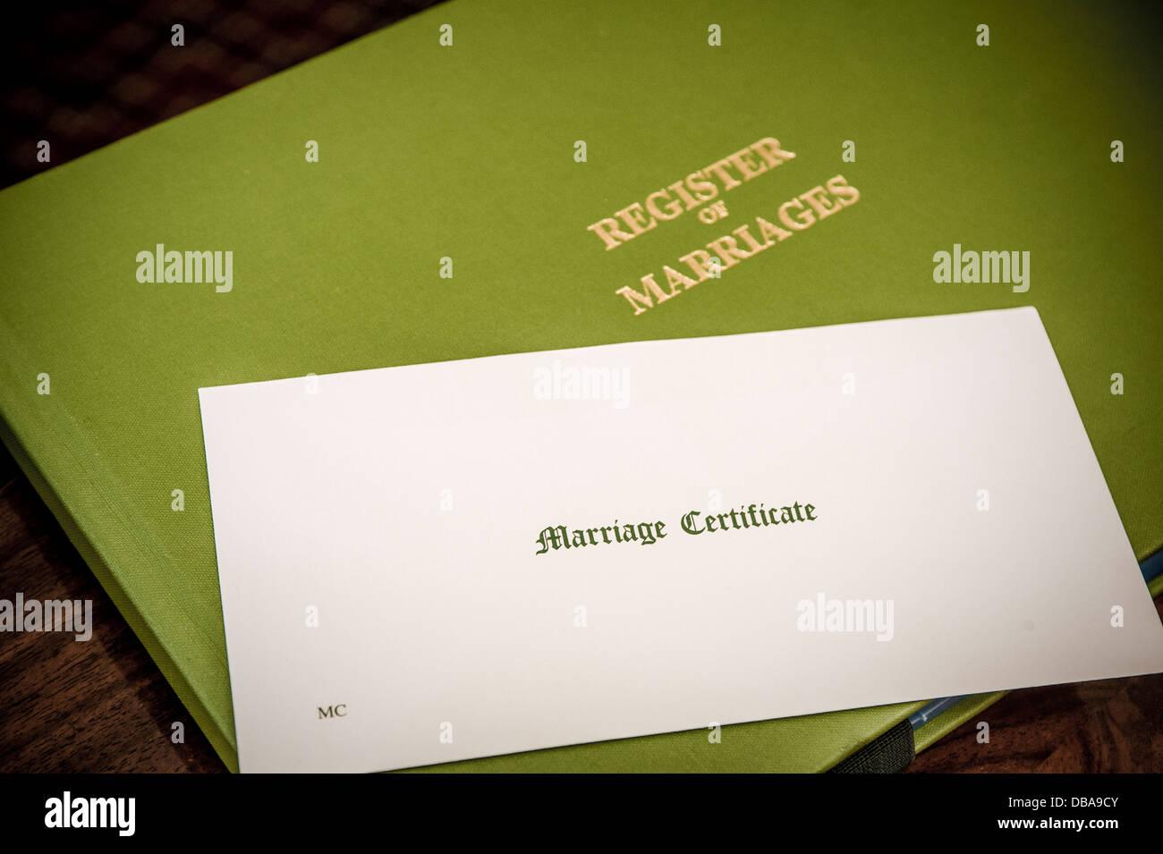 Certificat de mariage en enveloppe et registre des mariages book Photo Stock